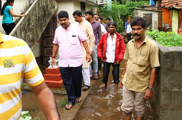 Nalin visit to rain affected areas (4)